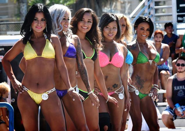 """Kobiety biorą udział w corocznych Mistrzostwach w kulturystyce i konkursie bikini, które odbyły się 7 września 2015 roku na """"Plaży mięśni"""" (Muscle Beach) - Venice beach (Los Angeles). Venice beach jest mekką kulturystyki, w swoim czasie w liczbę uczestników przeglądu pięknych ciał wchodził Arnold Schwarzenegger."""