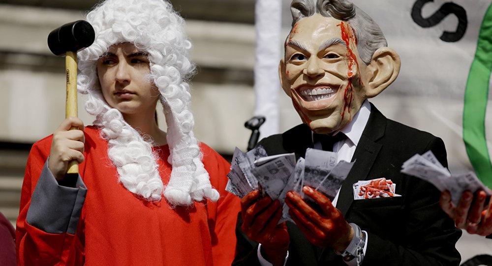 Performer w masce Tony'ego Blaira podczas akcji protestacyjnej w Londynie, 6 lipca 2016