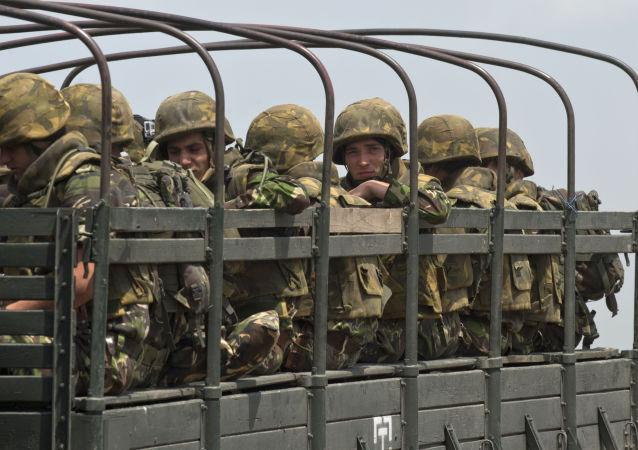 Szeregowcu rumuńskiej piechoty morskiej w czasie ćwiczeń NATO w rejonie Babagad w Rumunii