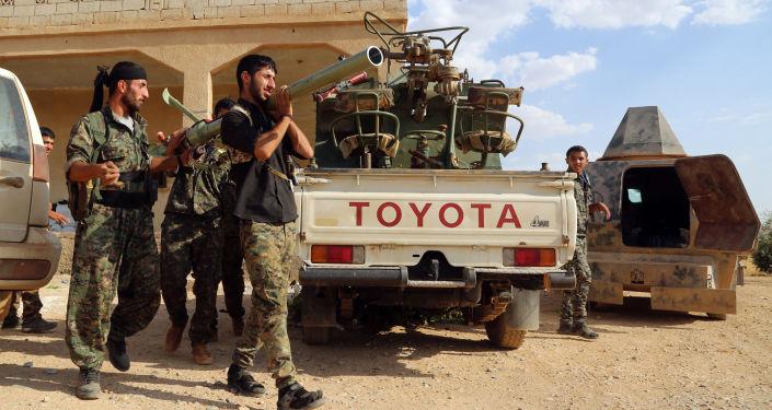 Oddziały Syryjskich Sił Demokratycznych przed ofensywą na Manbidż w prowincji Aleppo