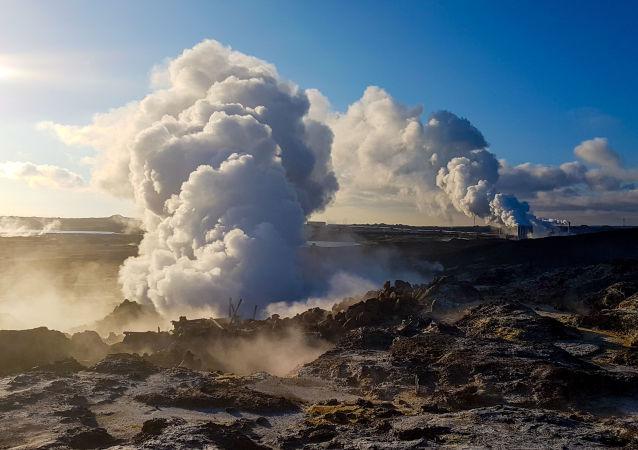 Najcieplejszym miesiącem w Islandii jest sierpień. Na przykład, w Reykjaviku w tym czasie temperatura sięga +15 C. Najzimniej jest w styczniu: —10 C.