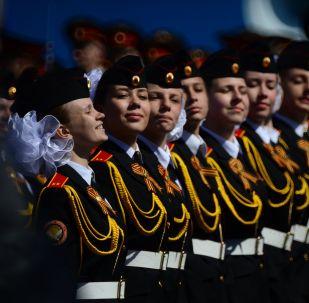 """Kadetki  """"Moskiewskiej Pensji Państwowych Wychowanek"""" podczas próby generalnej Defilady Zwyczęstwa na Placu Czerwonym, Moskwa, 7 maja 2015"""
