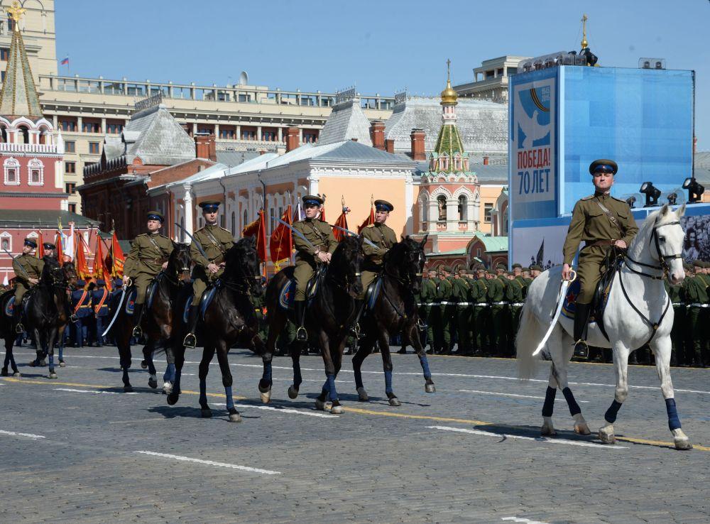 Żołnierze  ubrani w mundury z czasów Wielkiej Wojny Ojczyźnianej podczas próby generalnej Parady Zwycięstwa