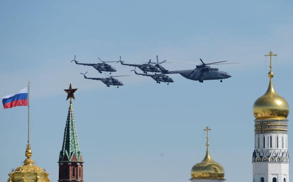 Grupa śmigłowców transportowych Mi-26 i czterech helikopterów Mi-8AMTSz podczas próby generalnej Defilady Zwycięstwa na Placu Czerwonym, Moskwa, 7 maja 2015