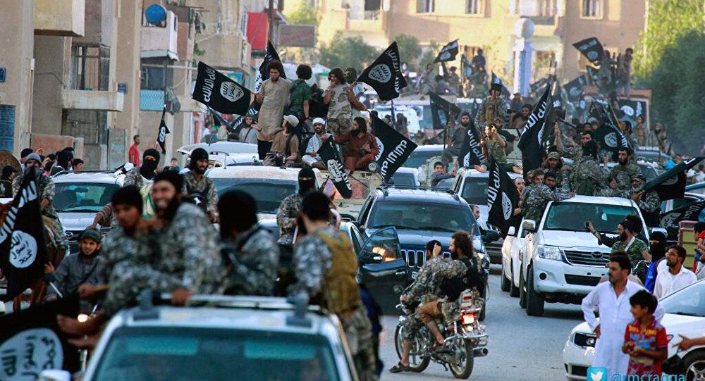 Bojownicy Państwa Islamskiego w mieście Rakka
