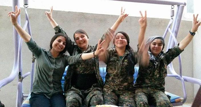 Członkinie jezydzkiej żeńskiej jednostki ochotniczej YJÊ.