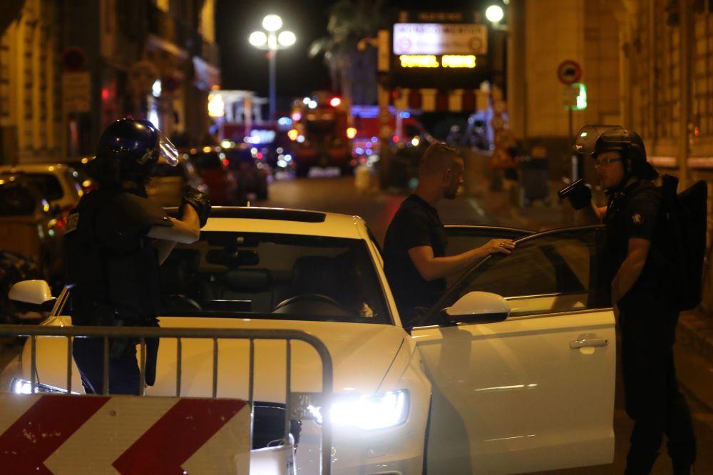 Policja zastrzeliła napastnika. Jak donoszą francuskie media, w ciężarówce miały się znajdować materiały wybuchowe. Kierowca zanim się zatrzymał, przejechał około 2 km.