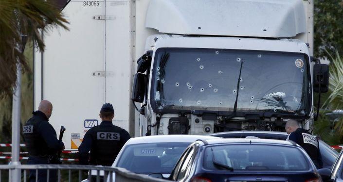 Ciężarówka, którą zamachowiec wjechał w tłum.