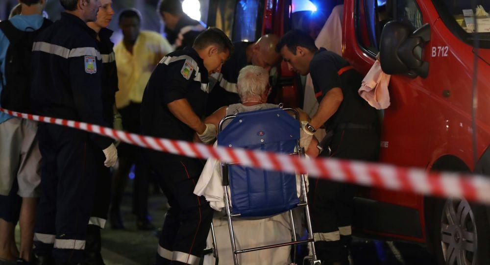 Pracownicy pogotowia ewakuują ludzi z miejsca tragedii.