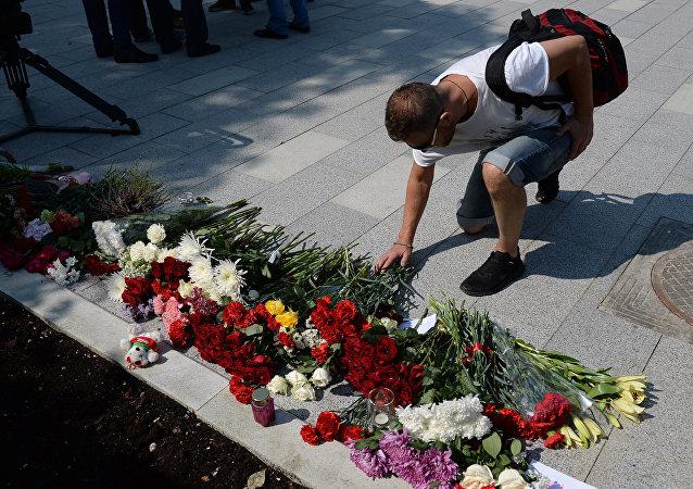 Mieszkańcy Moskwy składają kwiaty pod ambasadą Francji