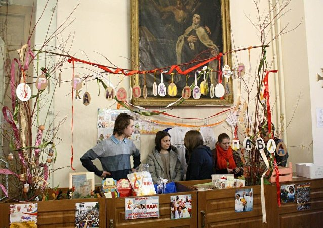 Jarmark, podczas którego zbierano środki na podróż katolickiej młodzieży z Moskwy do Krakowa na Światowe dni Młodzieży.