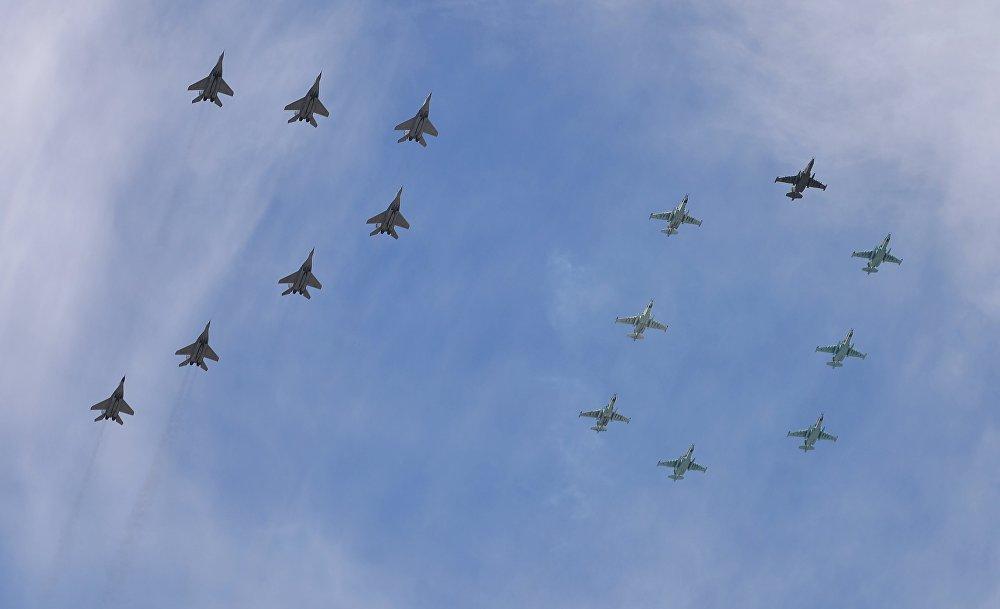 """15 samolotów MiG-29 i Su-25 tworzy na niebie liczbę """"70"""""""