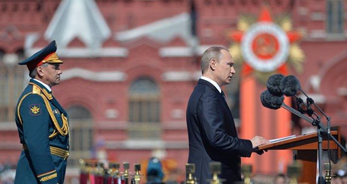 Prezydent Rosji Władimir Putin na Defiladzie Zwycięstwa 9 maja 2015