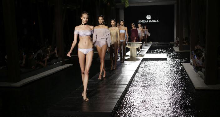 Modelki na wybiegu podczas pokazu mody plażowej w Miami Beach.