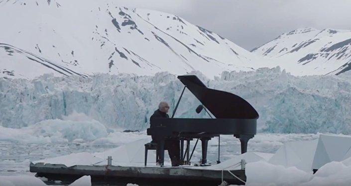 Kompozytor i pianista Ludovico Einaudi w otoczeniu lodowców gra na fortepianie