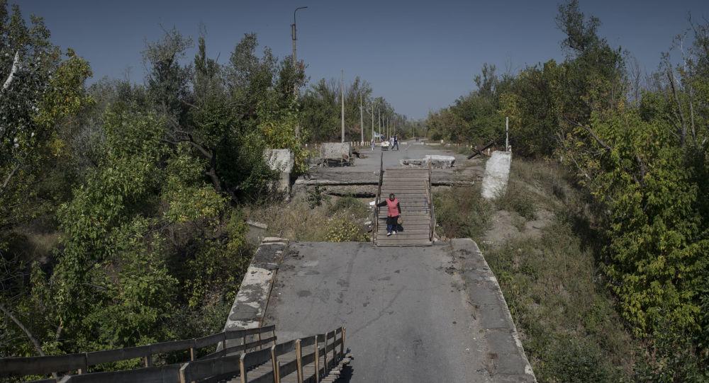Wysadzony most między stacją Ługańską i Ługańskiem