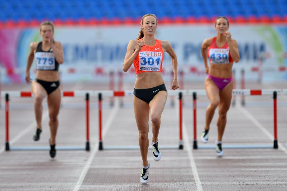 Valeria Chramova, Viera Rudakova i Daria Korablieva podczas zawodów w biegu z przeszkodami na 400 metrów na Mistrzostwach Rosji w Lekkoatletyce (Czeboksary).