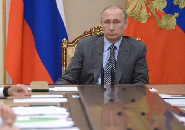 Prezydent Rosji Władimir Putin na spotkaniu z członkami rządu na Kremlu