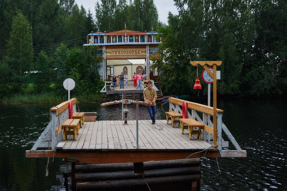 Prom do zoo Lukomorie w skansenie Mandrogi w obwodzie leningradzkim.