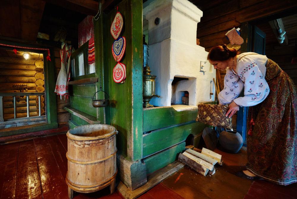 Tkaczka Neonila pokazuje życie codzienne w wiejskim domu w XIX wieku.