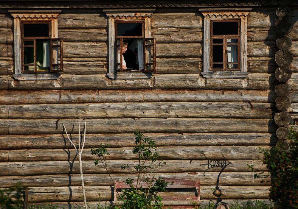 Dziewiętnastowieczne wiejskie domy przewiezione z obwodu archangielskiego do skansenu Mandrogi w obwodzie leningradzkim.