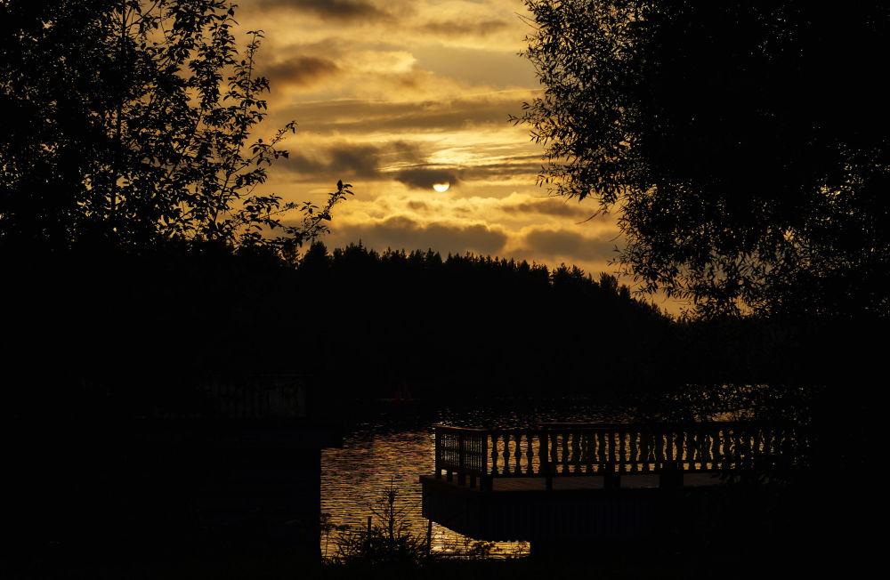 Zachód słońca na rzece Świr w skansenie Mandrogi.