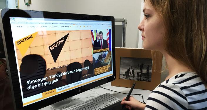 Pracowniczka agencji Rossiya Segodnya podczas pracy nad turecką stroną Sputnika