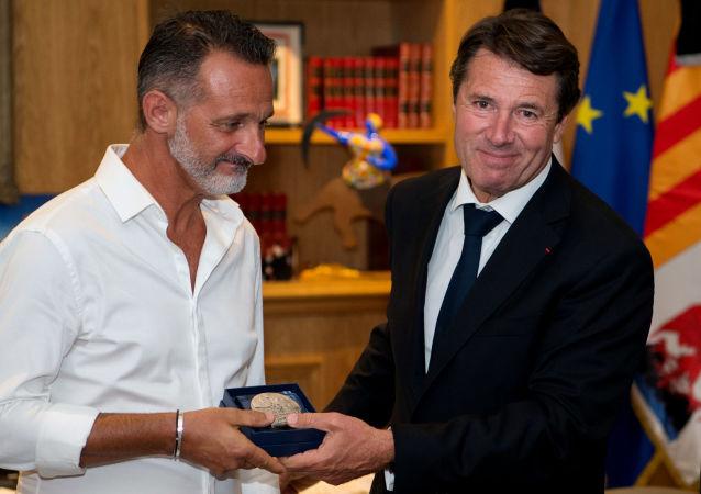 Bohater z Nicei odbiera medal za odwagę