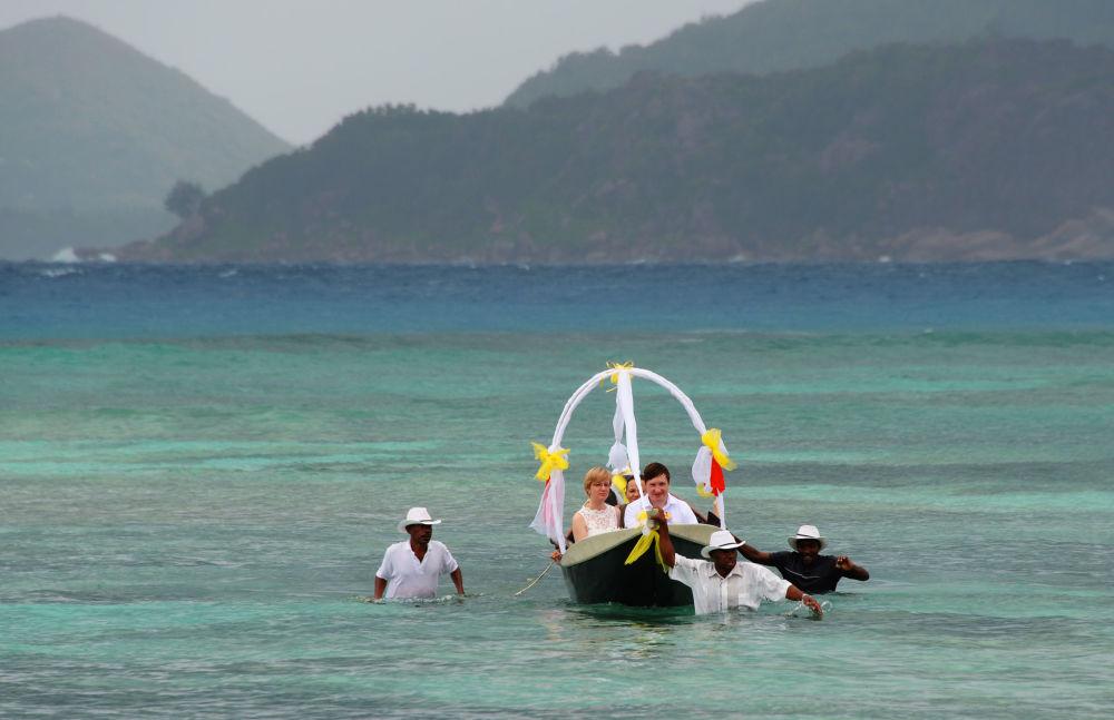 Nowożeńcy na łódce w okolicach wyspy La Digue na Seszelach.