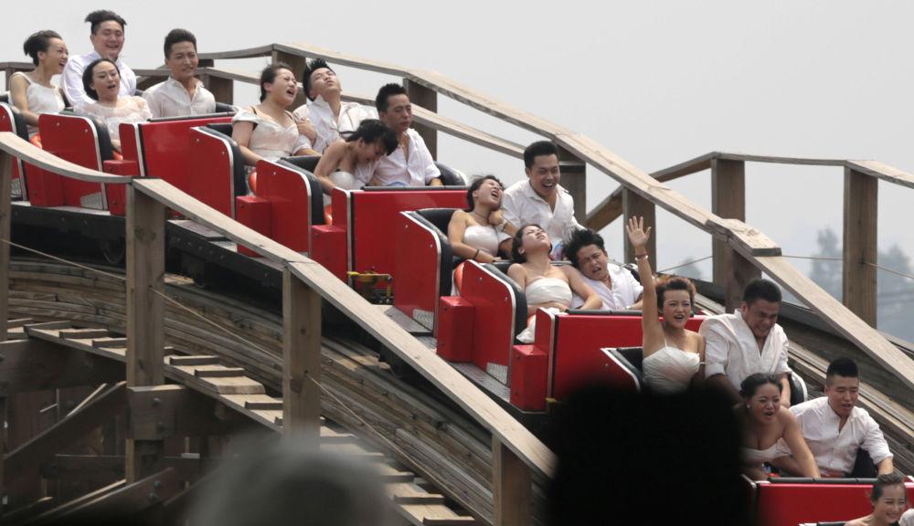 Nowożeńcy na kolejce górskiej w Chinach.