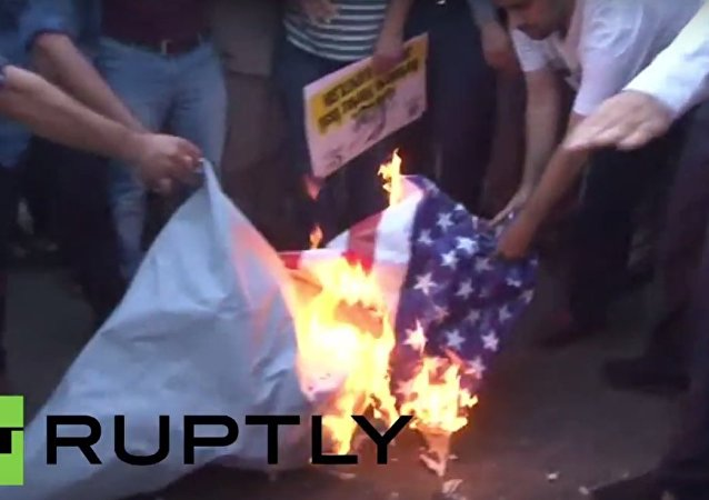 Tureccy protestujący palą amerykańską flagę