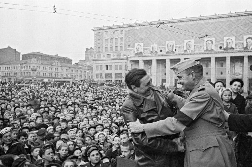 Amerykańscy wojskowi na wiecu w Moskwie 9 maja 1945