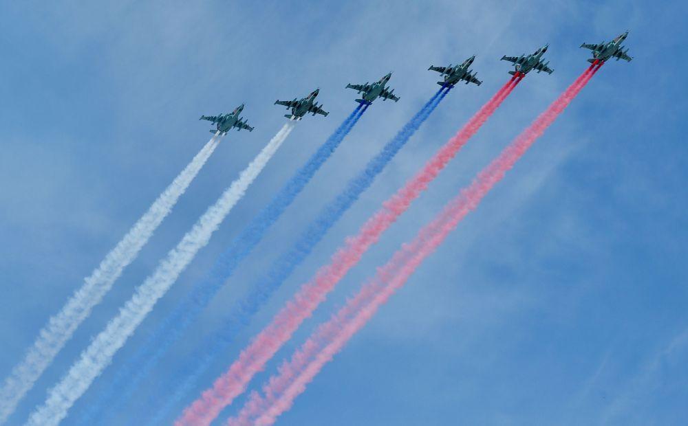 Samoloty Su-25SM w niebie nad Placem Czerwonym 9 maja 2015