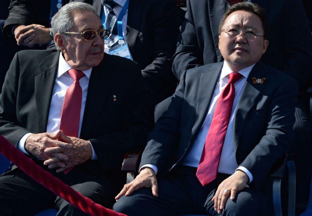 Przewodniczący Rady Państwa Republiki Kuby Raúl Castro i prezydent Mongolii Cachiagijn Elbegdordż