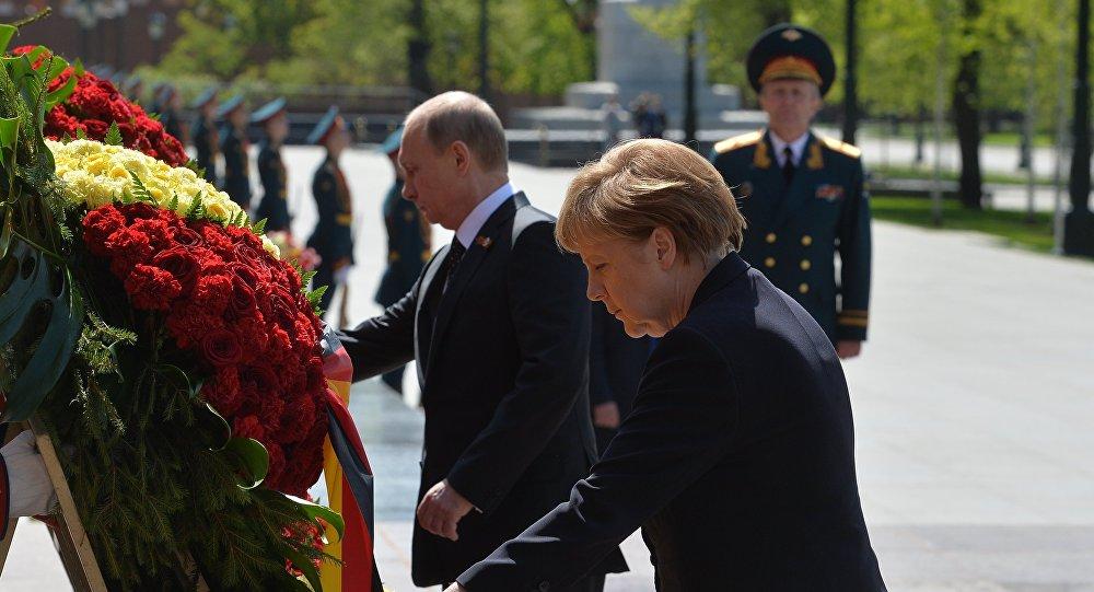 Prezydent Rosji Władimir Putin i kanclerz Niemiec Angela Merkel składają kwiaty u Grobu Nieznanego Żołnierza w Moskwie