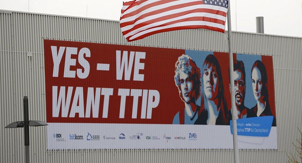 Baner popierający TTIP i amerykańska flaga w Hanoverze, kwiecień 2016