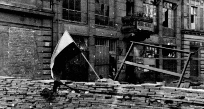 Polskie barykady w czasie Powstania Warszawskiego,1944.
