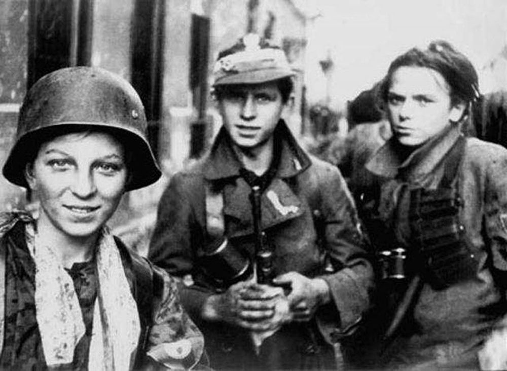 Harcerze uczestniczący w Powstaniu Warszawskim, 1944.