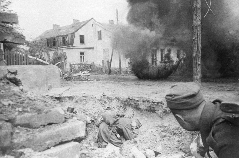 Żołnierze Wojska Polskiego walczą o Warszawę.