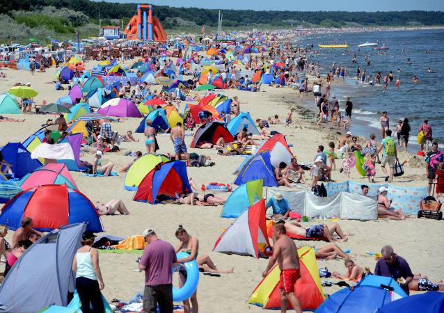 Plażowicze nad Morzem Bałtyckim