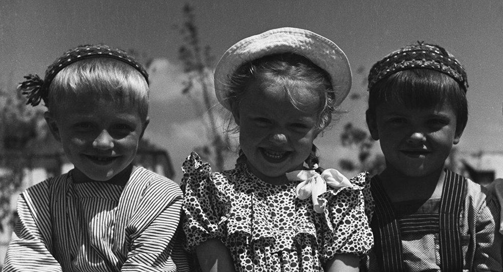 Dzieci z przedszkola № 2 fabryki samochodowej w Mińsku.