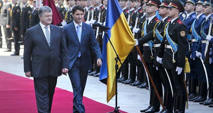Prezydent Ukrainy Petro Poroszenko z premierem Kanady Justinem Trudeau podczas ceremonii powitalnej w Kijowie, lipiec 2016
