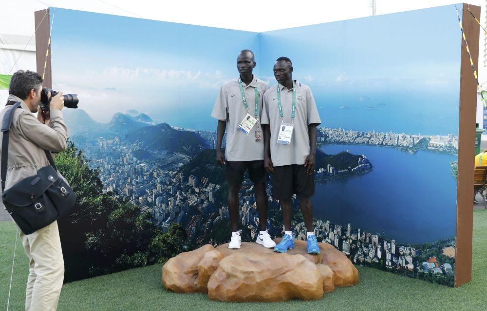 Członkowie reprezentacji olimpijskiej uchodźców Yiech Pur Biel i Amottun Paulo podczas ceremonii powitalnej w Rio.