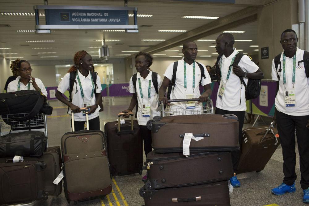 Członkowie reprezentacji olimpijskiej uchodźców na lotnisku w Rio, 29.07.2016.