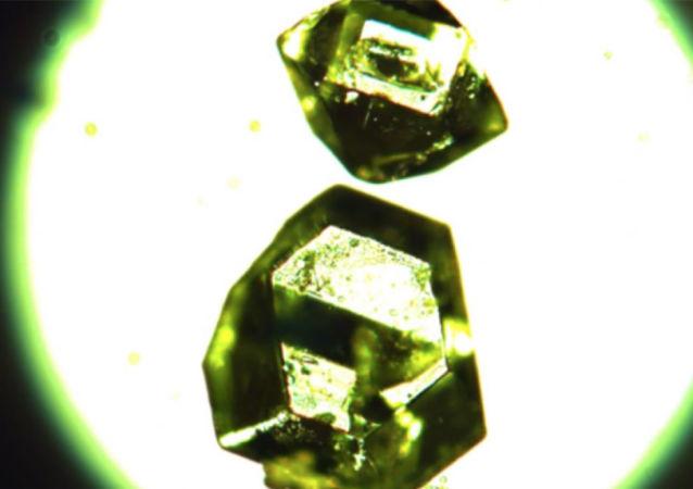 Kryształy syntetycznego żemczużnikowitu