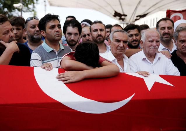 Pogrzeb jednaj z ofiar nieudanego puczu wojskowego w Turcji