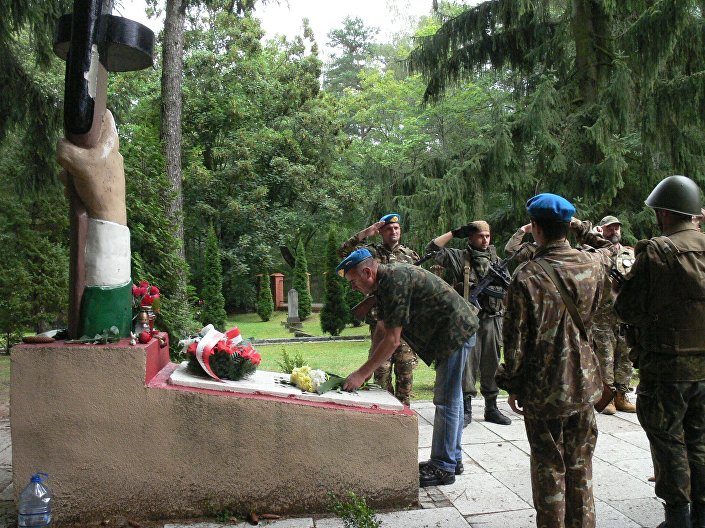 Dzień drugi, wyjazd całej grupy, kierunek: cmentarz radziecki. Tam zostały złożone kwiaty przy pomniku centralnym (tzw. PEPESZA).