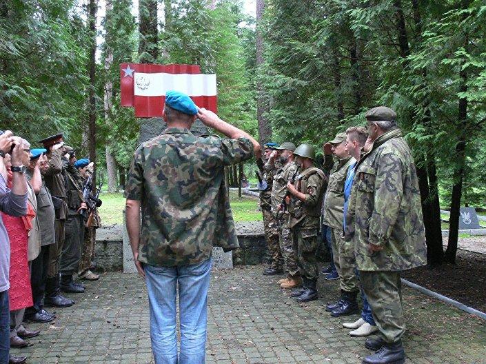 Następny cel: cmentarz wojenny polsko-radziecki, na którym pochowani są bohaterowie wojenni, którzy oddali życie w walce z faszystowskimi Niemcami.