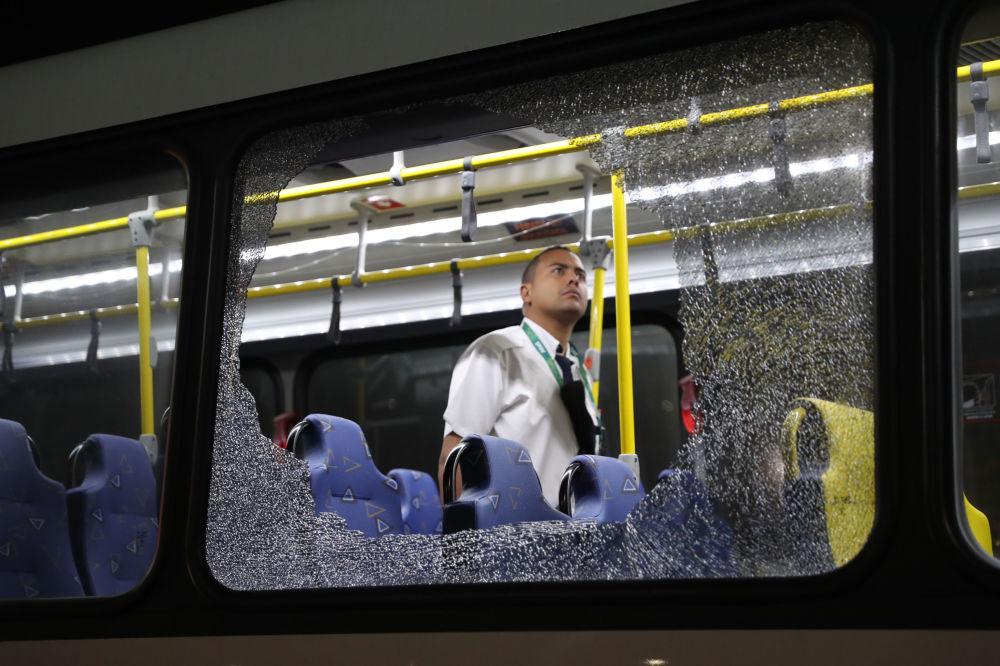 Rozbite okna ostrzelanego autobusu z dziennikarzami w Rio de Janeiro