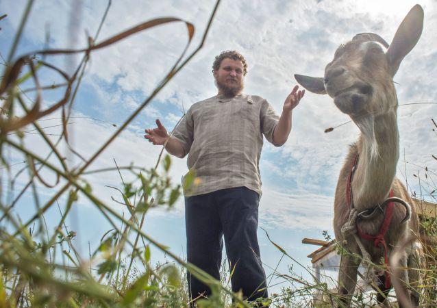 Były specjalista ds. IT, rolnik Oleg Sirota we własnej serowarni położonej w wiosce Dubrowskoje obwodu moskiewskiego